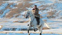 Kim Jong-un cưỡi ngựa giữa đỉnh núi tuyết phủ trắng xóa tuyệt đẹp