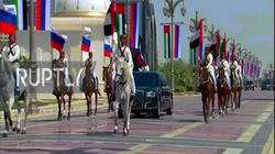 Màn đón tiếp lạ thường chưa từng thấy khi ông Putin đặt chân lên vương quốc Ả Rập