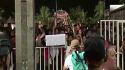 Video: Thua Việt Nam, CĐV Indonesia nổi giận chặn xe đội nhà