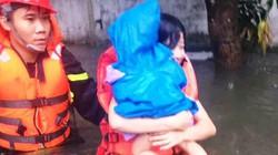 Cảnh sát căng dây giữa dòng lũ, cứu sống 2 mẹ con co ro trên nóc tủ