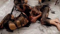 Phụ nữ ngực trần, đổ dầu giả lên người để biểu tình ở Anh