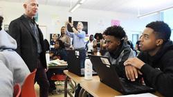 Tỷ phú giàu nhất thế giới đến thăm lớp học và phản ứng gây bất ngờ của học sinh