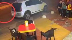 Brazil: Cầm súng đi cướp, đụng ngay cảnh sát đang ngồi ăn và diễn biến kịch tính