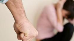 Đang đám giỗ, chồng bắt vợ quỳ lạy xin lỗi chỉ vì nguyên nhân này