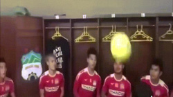 Văn Toàn cùng đồng đội HAGL nhí nhố trong phòng thay đồ