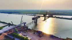 """Toàn cảnh cầu Thịnh Long nối đôi bờ sông Ninh Cơ trong giai đoạn """"nước rút"""""""