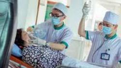 Một phụ nữ nhập viện cấp cứu sau khi ăn quả hồng giòn