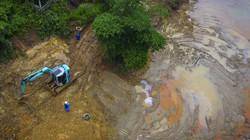 """Vẫn """"chiến đấu"""" với dầu thải, bùn cát trên kênh dẫn nước sông Đà"""