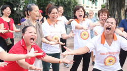 Clip: Sảng khoái với sân chơi yoga cười ở Hà Nội