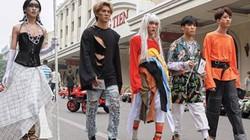 Giới trẻ Hà Nội mặc đồ kỳ dị trên phố Tràng Tiền, người ngắm hoang mang