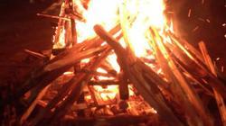 Người dân đốt lửa sưởi ấm, cứu sống người đàn ông đuối nước
