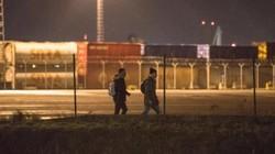 Đột nhập bến cảng di dân lẻn vào để nhảy xe tải, container tới Anh