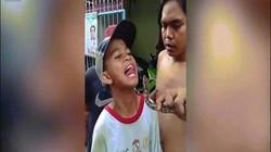 Dùng lưỡi trêu đùa trăn, thiếu niên nhận kết cục đau đớn