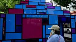 Ngao ngán cảnh phóng uế vào tác phẩm nghệ thuật ở phố đi bộ Hà Nội