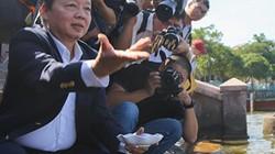 Ảnh: Bộ trưởng TNMT Trần Hồng Hà đi thị sát, cho cá Koi ăn ở hồ Tây