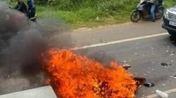 Xe máy bốc cháy sau khi đối đầu ô tô, một người tử vong
