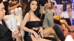 """Sao Việt gượng gạo, """"phát khổ"""" vì váy xẻ cao"""