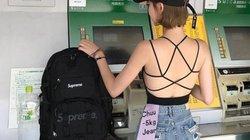 Gái trẻ khoe trọn lưng trần đi rút tiền, quay mặt lại khiến ai cũng bất ngờ