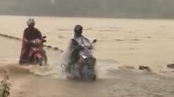 Lạnh người nhìn cảnh cưỡi xe máy qua cầu đang bị nước lũ phủ tràn