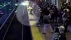 Nhân viên nhà ga phản xạ xuất thần, cứu sống hành khách bị ngã xuống đường ray ngay trước mũi tàu điện