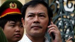 Hình ảnh Nguyễn Hữu Linh bị buộc phải rời phòng xử theo cửa chính