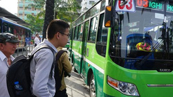 Tổ chức bãi giữ xe 2 bánh miễn phí cho người đi xe buýt, quận 1… chần chừ (?)