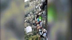 Video: Thót tim cây cầu rộng nửa mét, cheo leo trên vách núi cao