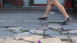 Ảnh-clip: Đá vỉa hè Hà Nội xuống cấp, vỡ vụn trên nhiều tuyến phố