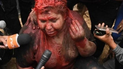 Nữ thị trưởng bị đám đông cắt tóc, đổ sơn, ép từ chức giữa phố