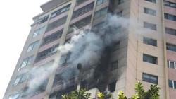 Giải cứu cư dân kẹt trong đám cháy ở Làng quốc tế Thăng Long