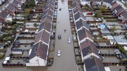 Ảnh, video lũ lụt nhấn chìm nước Anh trong biển nước