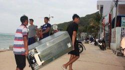 """Bão số 6 sắp """"đổ bộ"""", dân Bình Định khiêng đồ, đóng cửa… tránh bão"""