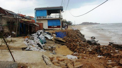 Kè Nhơn Hải bị đánh nát vụn: Chưa bao giờ sóng khủng khiếp như thế!