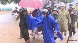 Bão số 6: Quảng Ngãi mưa to, gió giật, bộ đội cõng dân lánh nạn