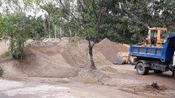 """Huế: Dân khổ vì bãi tập kết cát không phép, chính quyền """"bất lực"""""""