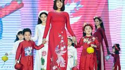 Nữ sinh mắc ung thư vú rạng rỡ, tỏa sáng trình diễn áo dài của Hoa hậu Ngọc Hân