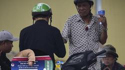 Ảnh: Phe vé lập chợ, hét giá gấp 5 lần trước trận Việt Nam - UAE