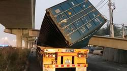Va chạm, dầm bê tông cầu bộ hành đè bẹp container
