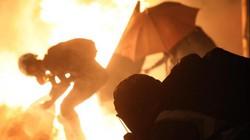 Hong Kong: Đụng độ đầy khói lửa giữa cảnh sát và người biểu tình trong đêm