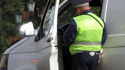 Kiểm tra giấy phép cụ ông 72 tuổi vừa gây tai nạn, cảnh sát té ngửa khi biết bí mật giấu kín suốt 50 năm