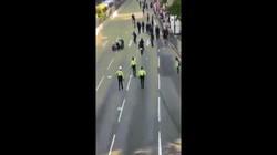 Video: Cảnh sát Hong Kong lái môtô lao thẳng vào người biểu tình