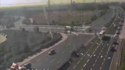 Video: Đang lái xe trên đường cao tốc, bị tên lửa từ đâu lao tới phát nổ