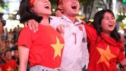 """Fan ở TP.HCM """"tiếp lửa"""" tuyển Việt Nam đấu UAE trên phố đi bộ Nguyễn Huệ"""