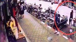 Thái Lan: Đang đứng ở vỉa hè, người phụ nữ bị dây điện 22.000 V rơi trúng người
