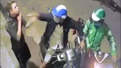 Sốc với clip 2 tên cướp dí dao vào cổ, cướp xe máy của nam thanh niên
