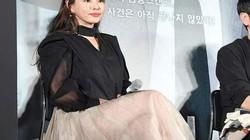 """""""Hoa hậu của các hoa hậu Hàn Quốc"""" lúng túng vì váy xuyên thấu"""