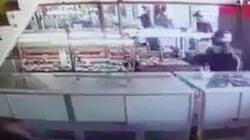 Gần 1 phút hình ảnh 2 thanh niên rút vật nghi súng cướp tiệm vàng