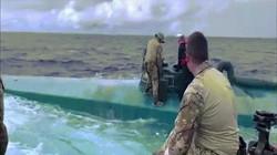 Video: Tuần duyên Mỹ chặn bắt tàu bán ngầm, choáng khi khám xét bên trong