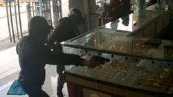 VIDEO: Toàn bộ diễn biến 2 kẻ bịt mặt nổ súng cướp tiệm vàng ở TPHCM
