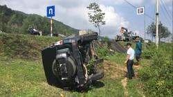Ô tô lật nhiều vòng trên đường, 2 người trong xe thoát chết thần kì
